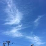 薄雲の中に浮かぶ鍵型宇宙船
